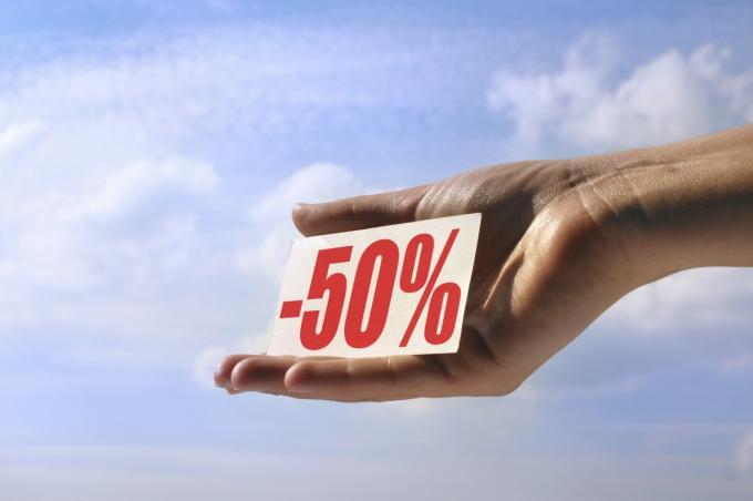 Hand toont bordje met 50% korting
