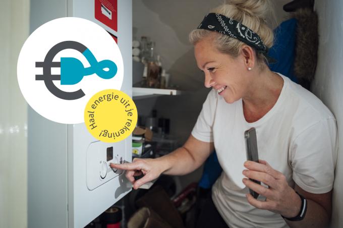 Vrouw bekijkt instelling cv-ketel met zaklamp op de mobiele telefoon