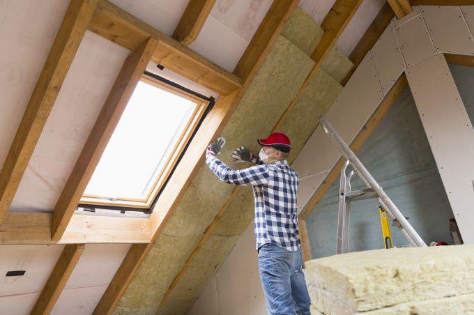 Bouwvakker isoleert dak aan de binnenkant