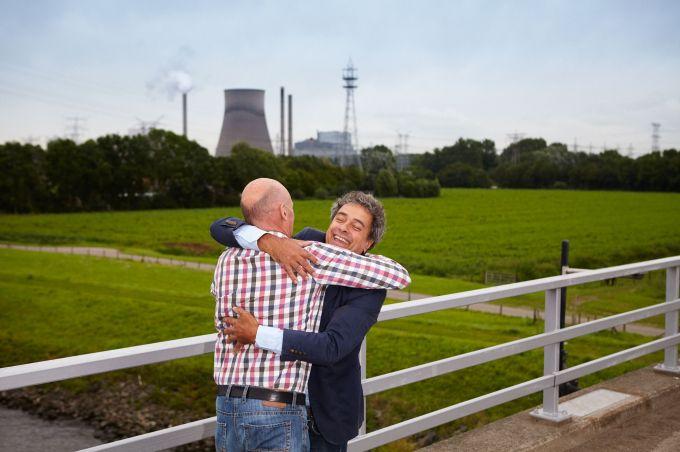 Twee mannen omhelzen elkaar