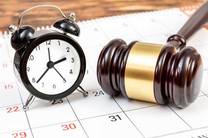 Klok, kalender, hamer van de rechter
