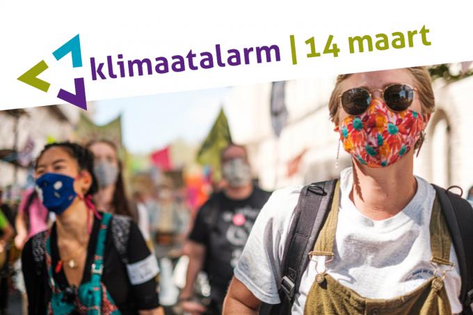Mensen die demonstreren met mondkapjes, tekst: Klimaatalarm 14 maart