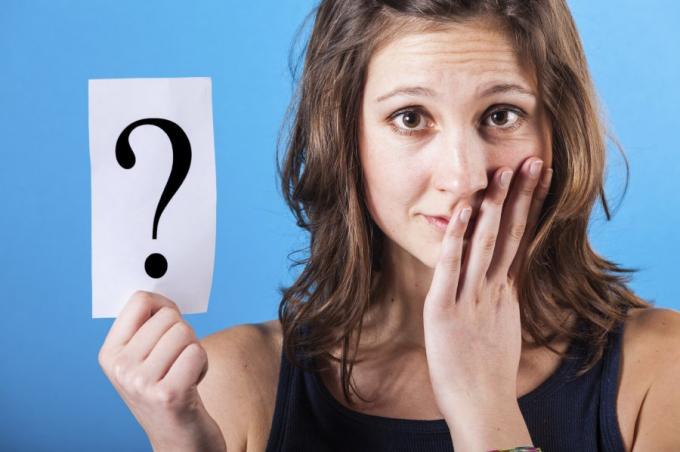 Vrouw houdt papier met vraagteken vast