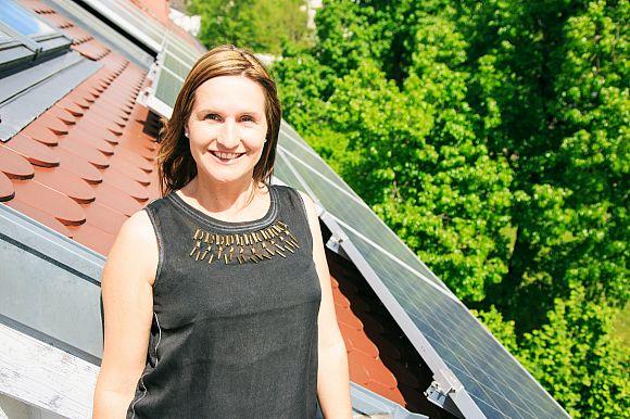 Bewoner voor huis met zonnepanelen