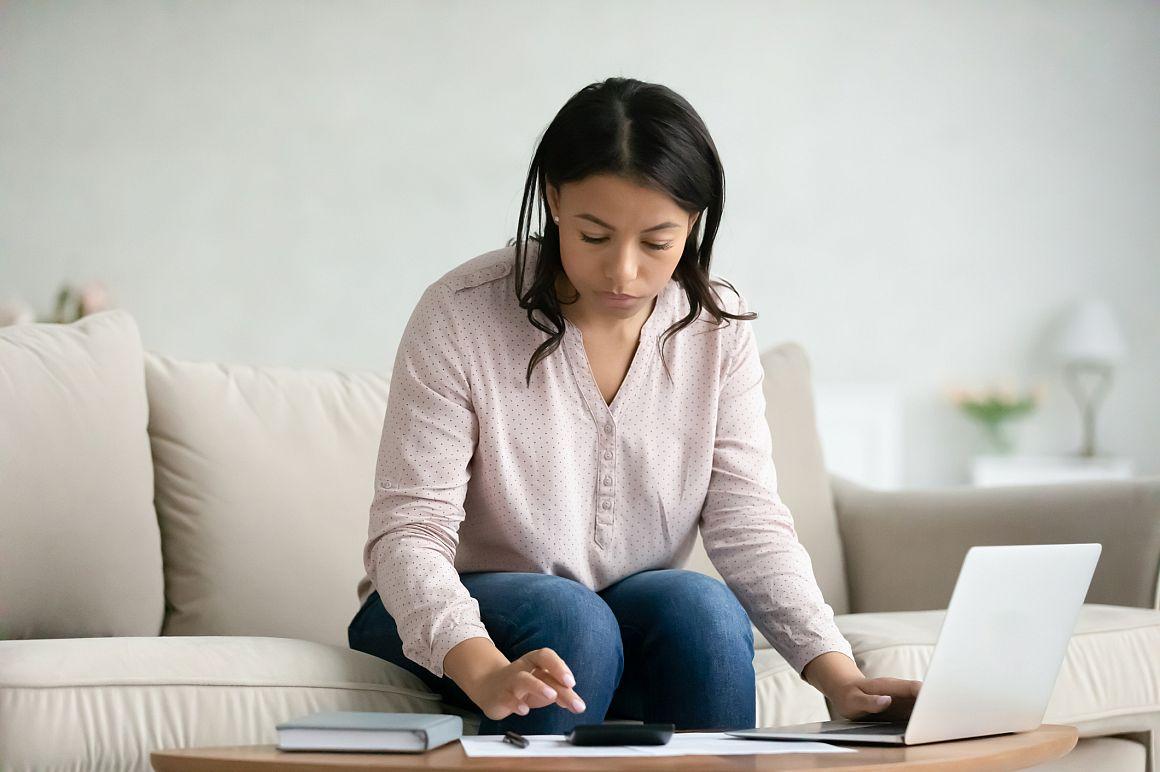 Dame achter computer vergelijkt energiecontracten