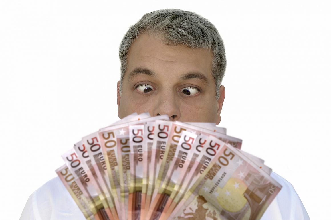 Man kijkt verlekkerd naar briefjes van 50 euro