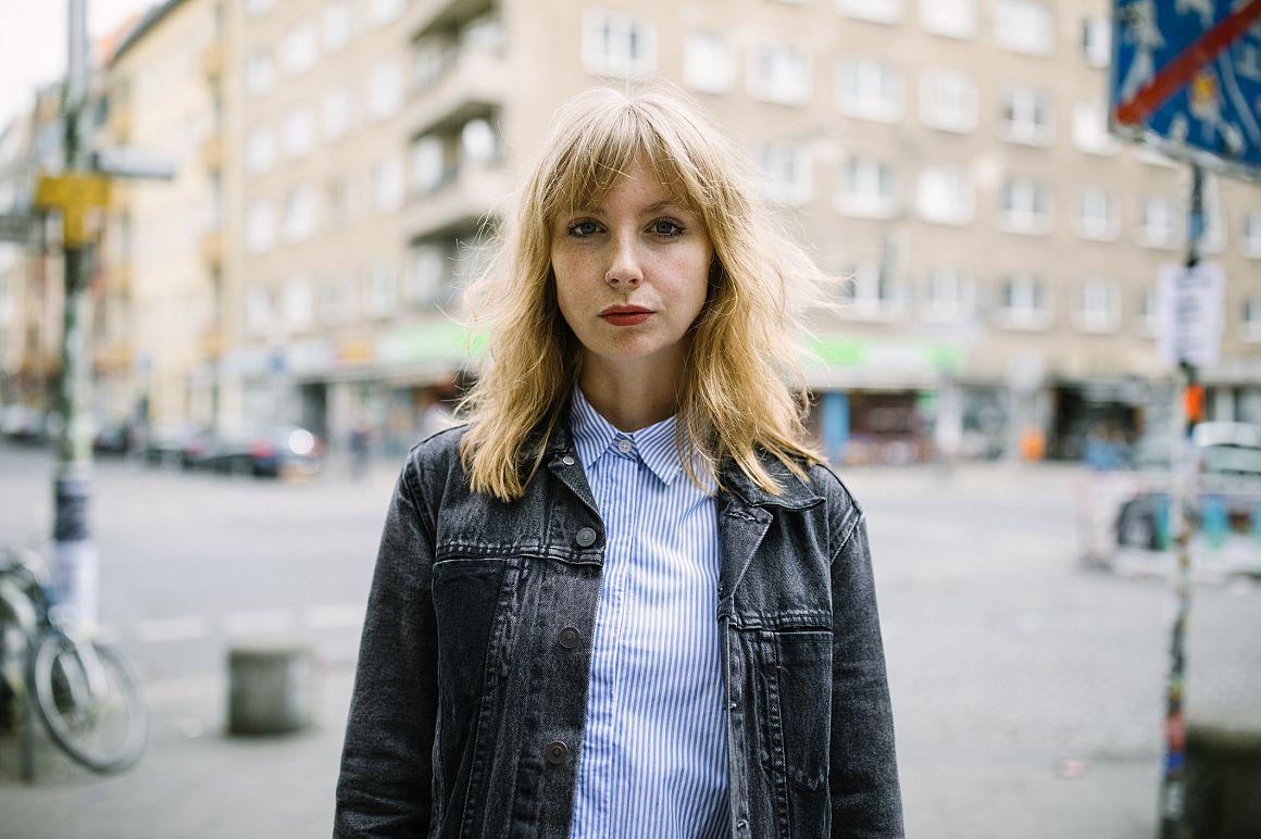 Jonge vrouw op straat