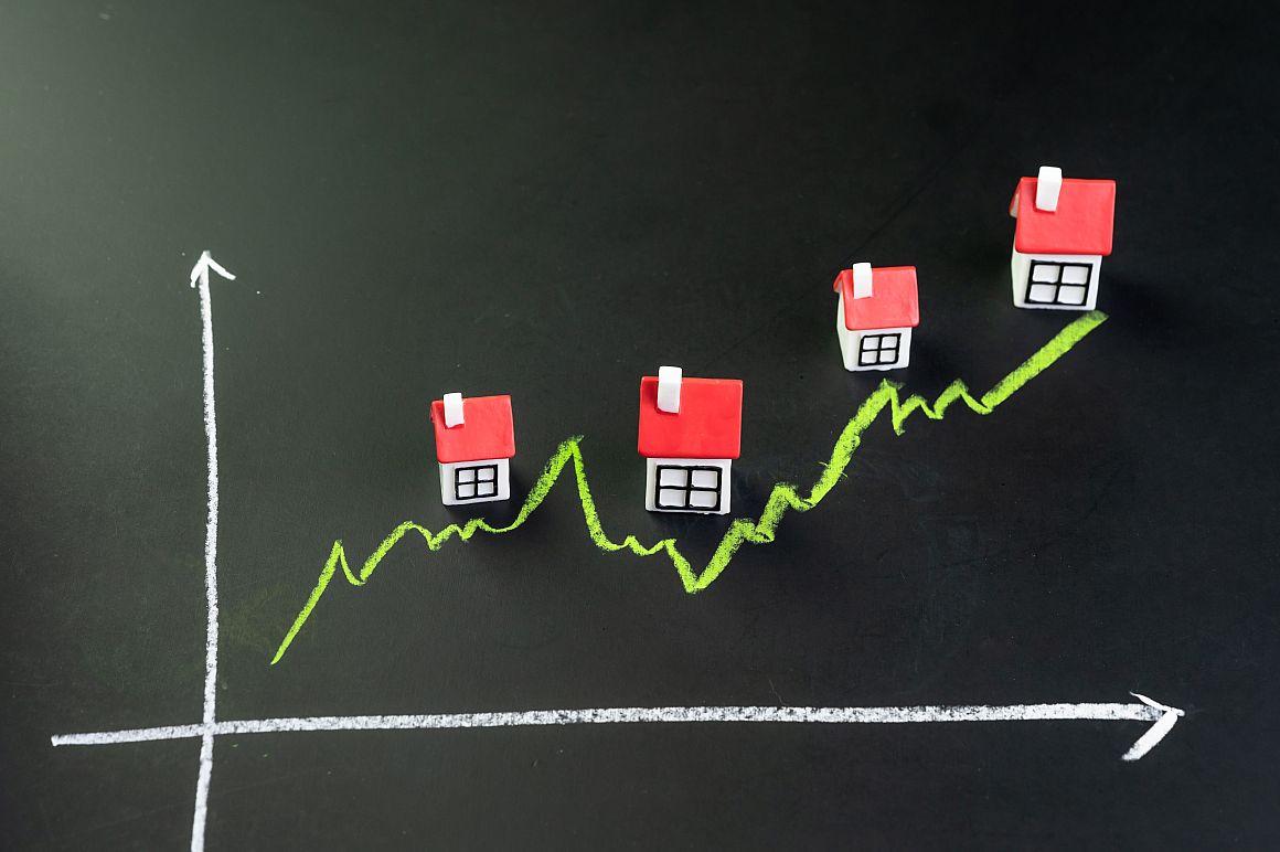 Huisjes langs een stijgende lijn getekend op een krijtbord