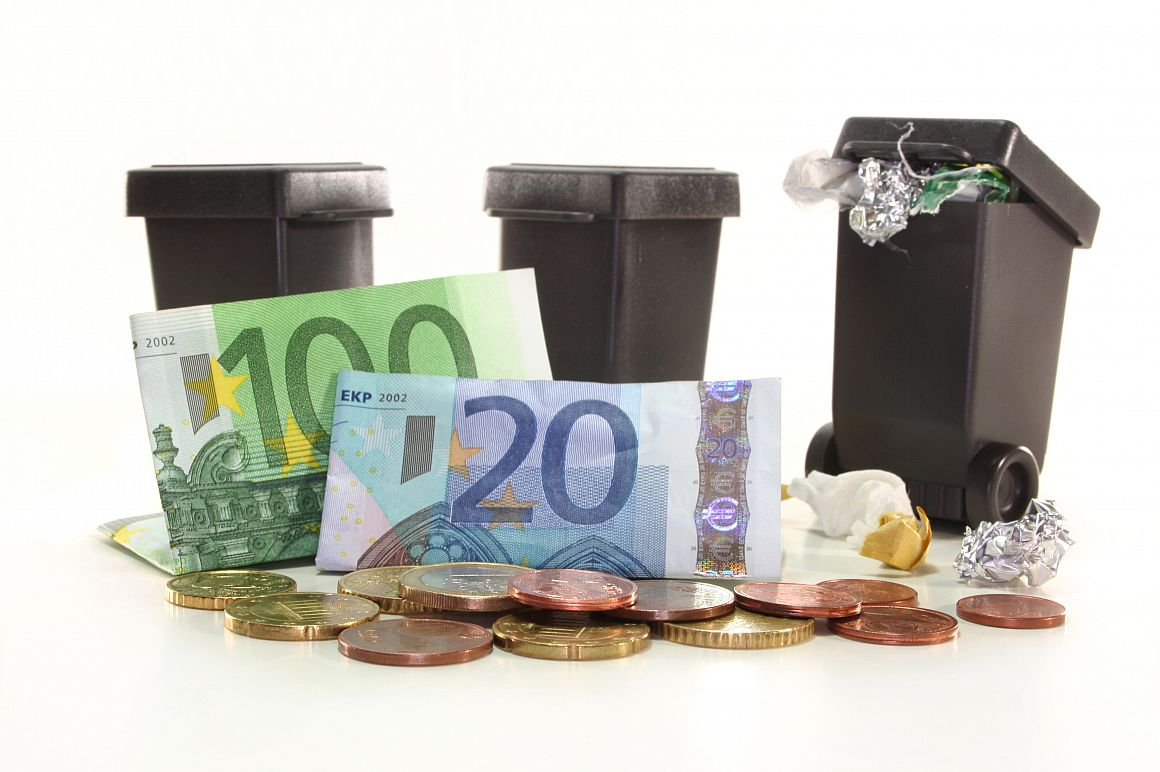 Afvalcontainers met euro's