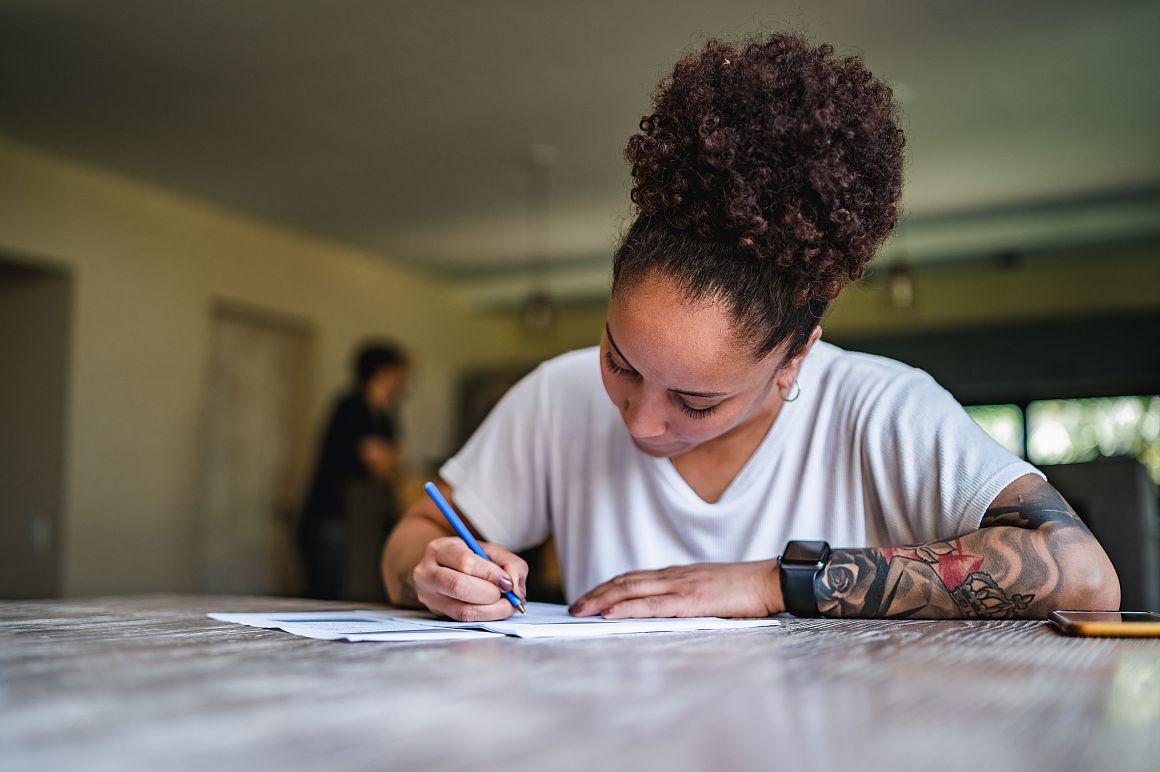 Vrouw ondertekent papieren