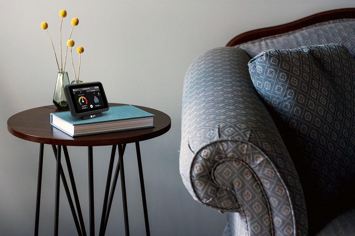 Energiedisplay op koffietafel naast stoel