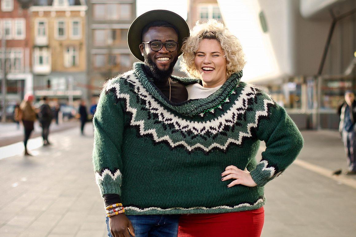 Twee mensen samen in een warme trui
