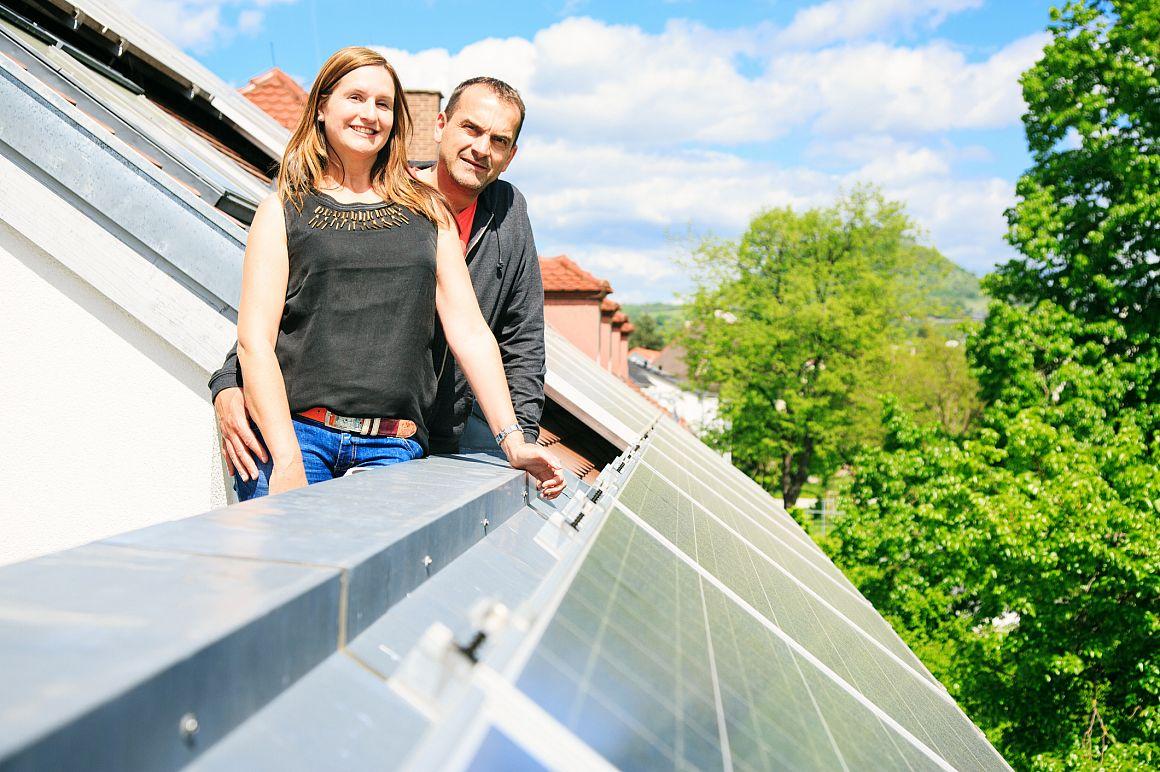 Man en vrouw op dakterras bij zonnepanelen