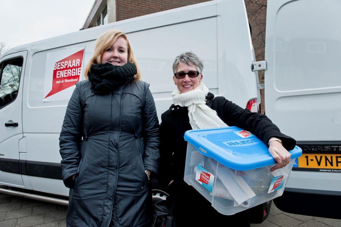 Energiebusbezoek in Alphen: twee vrouwen voor een witte bus