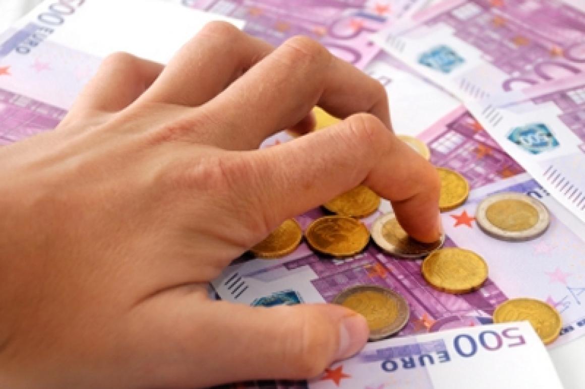 Hand graait naar geld