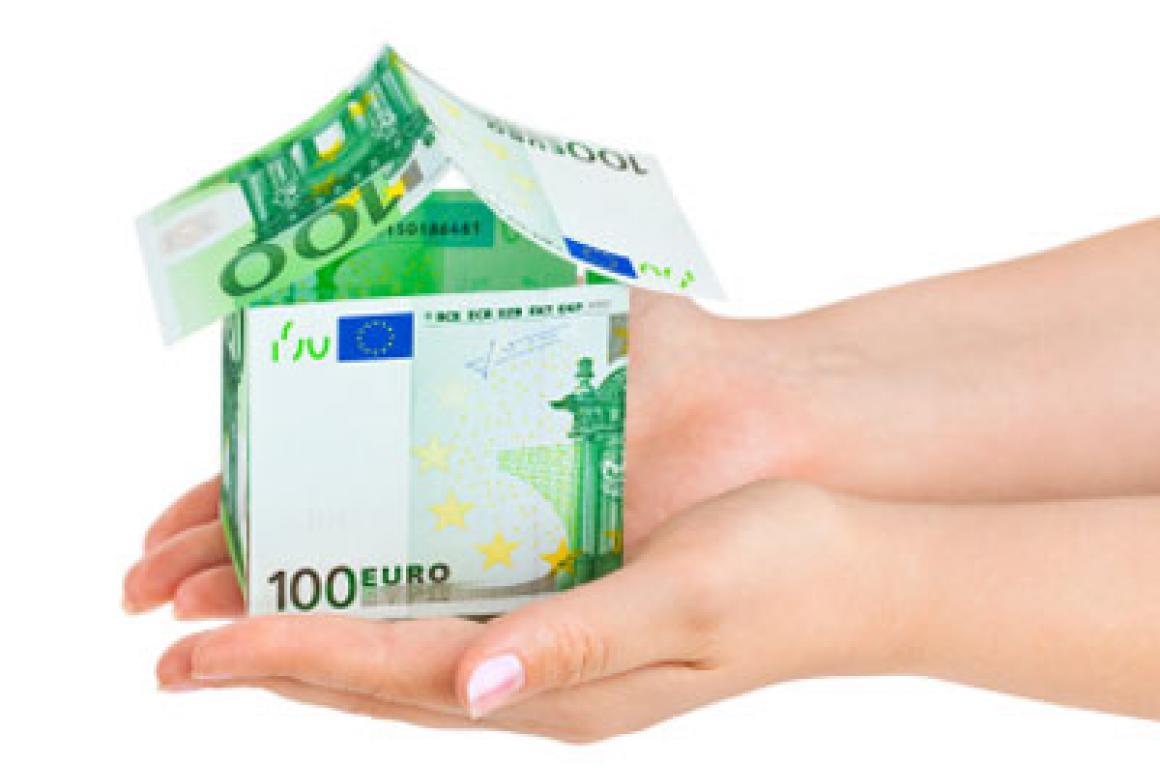Huisje van eurobiljetten in handpalm
