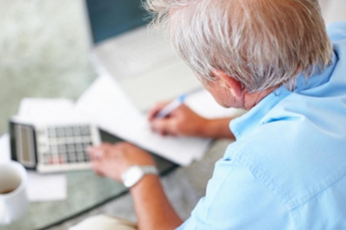 Oudere man maakt berekening