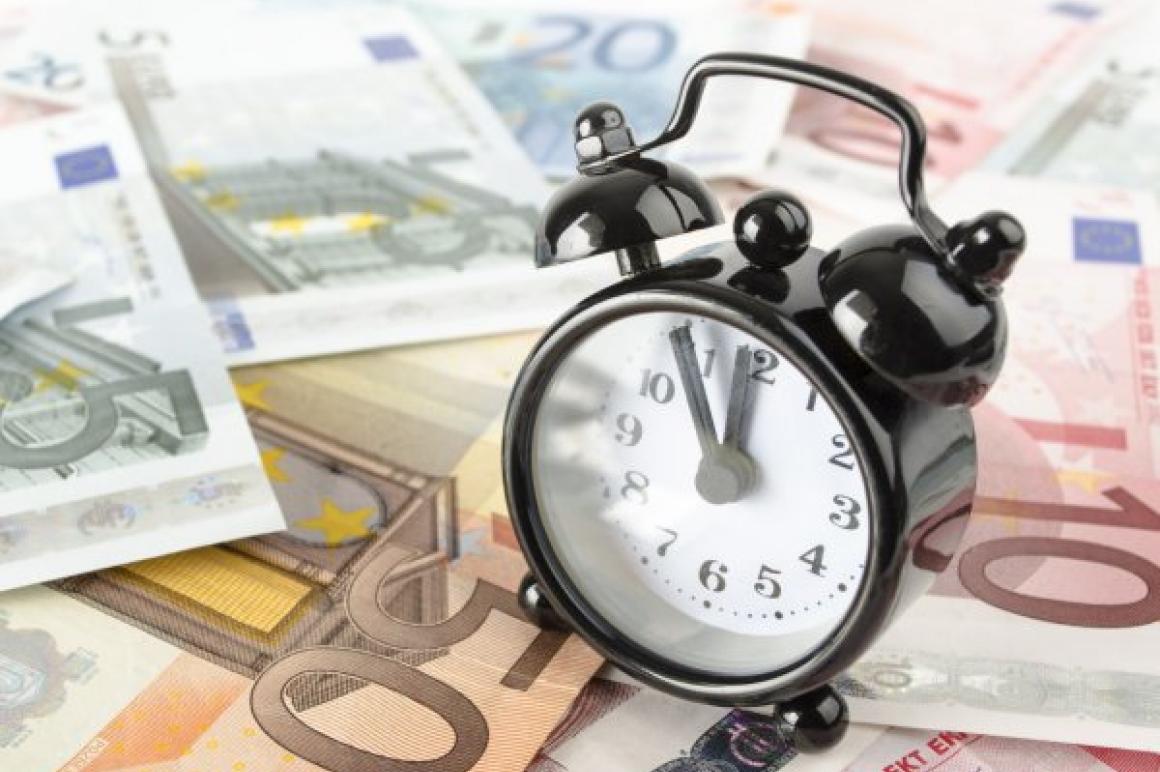 Wekker op eurobiljetten