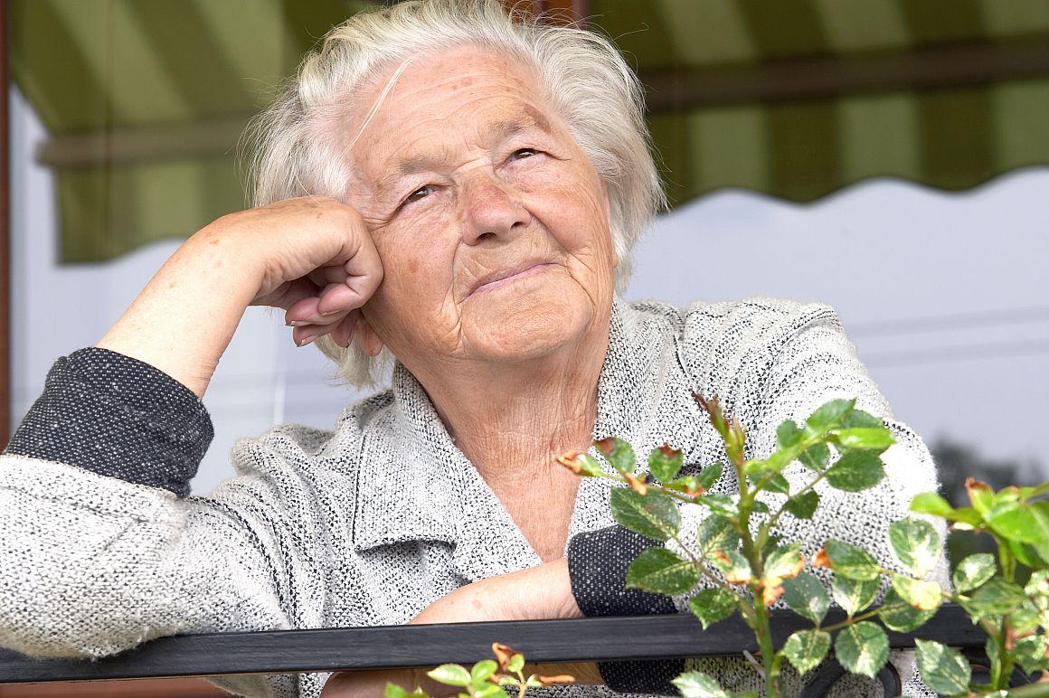 Senior huurster op balkon