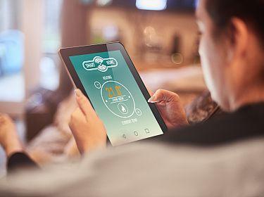 Vrouw bekijkt energieverbruik op tablet