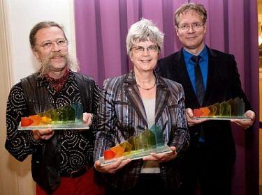 Een Stookjerijk-trofee voor vlnr Max van de Berg (De Klink), Gerda van den Berg (De Sleutels) en Tobias Dander (Gemeenteraad Den Haag).