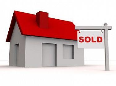 Huis met bord ´sold´(verkocht)