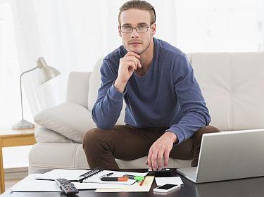 Jonge man maakt berekening