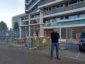 Afbeelding: Mohamed Benzakour voor de entree van de flat