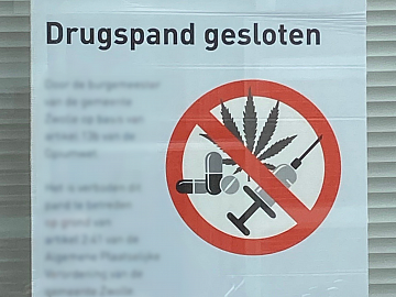 Poster op raam van gesloten drugspand