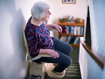 Vrouw gebruikt traplift