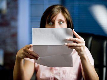 Vrouw kijkt verbaasd bij lezen brief