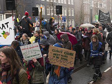 Mensen demonstreren op straat in Amsterdam
