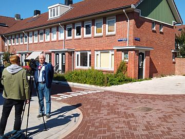 AT5-journalist interviewt Peter Weppner op straathoek