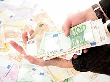 Twee handen vol met eurobiljetten