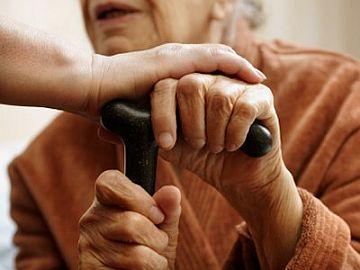 Oudere dame wordt geholpen