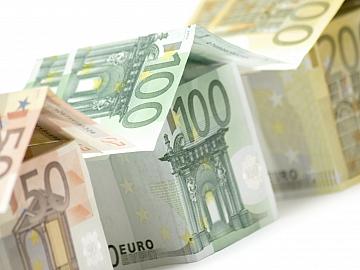 Drie huisjes van eurobiljetten