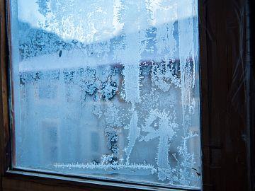 raam met ijskristallen