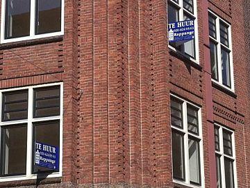 Twee Amsterdamse appartementen met bordje ´te huur`