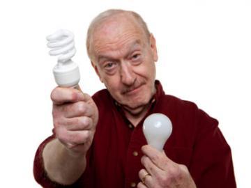 Man toont spaarlamp en gloeilamp