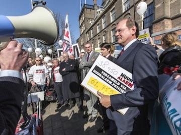 Aanbieden handtekeningen Huuralarm op 5 maart 2013 in Den Haag