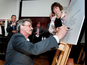 Jan Laurier ondertekent convenant