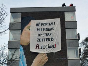 Spandoek op flatgebouw in Utrecht Kanaleneiland