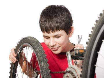 Jongen repareert fiets