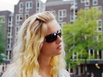 Jonge vrouw in Amsterdam
