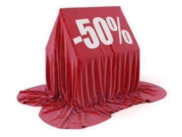Huis onder doek met opschrift -50%