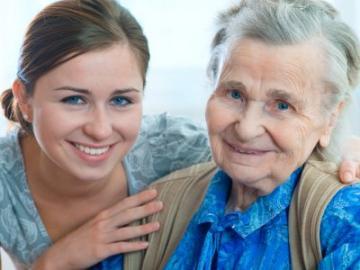 Oudere dame en jonge vrouw