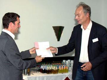 Gerard Jager overhandigt rapport aan voorzitter Huurderskoepel Schagen