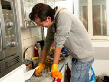 Student maakt keuken schoon