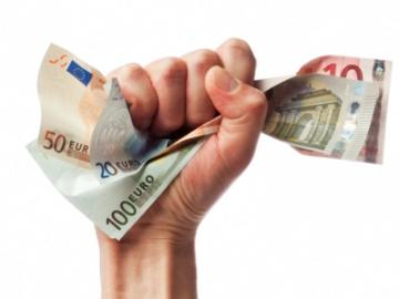 hand houdt eurobiljet stevig vast