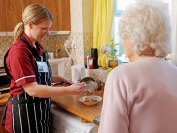 Oudere dame en thuiszorgmedewerker